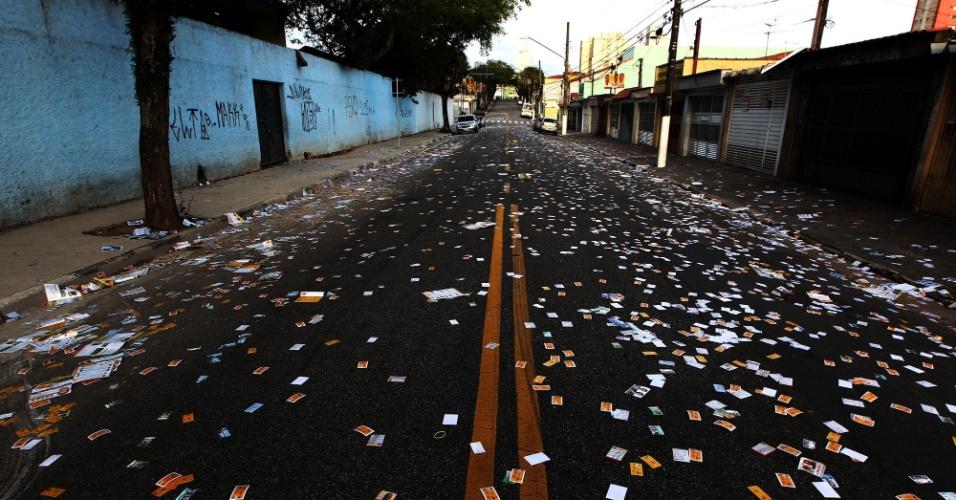 5.out.2014 - Santinhos jogados na rua em frente a E.E. João Firmino Correia de Araujo, em São Bernardo do Campo (SP), neste domingo (5), primeiro turno das eleições 2014
