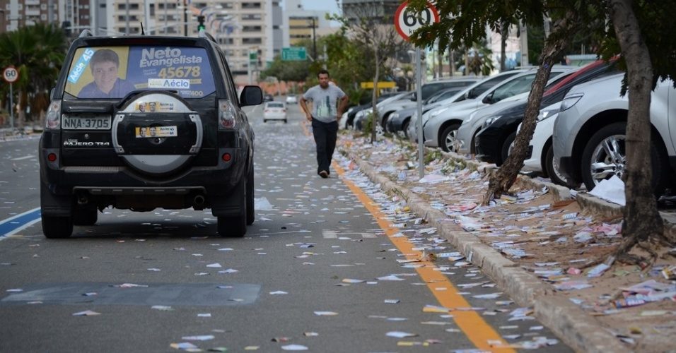 5.out.2014 - São Luís (MA) amanhece tomada por panfletos neste domingo (5) de eleições; Na avenida Colares Moreira, no bairro Renascença II, o acumulo de lixo é visível