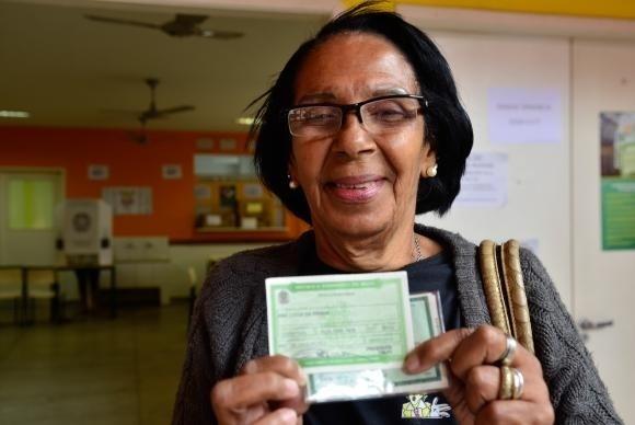 Ana Lúcia da Penha, 68 anos, vota pela segunda vez na vida, no Colégio Estadual Jornalista Tim Lopes, no Complexo do Alemão, que é usado pela primeira vez para votação