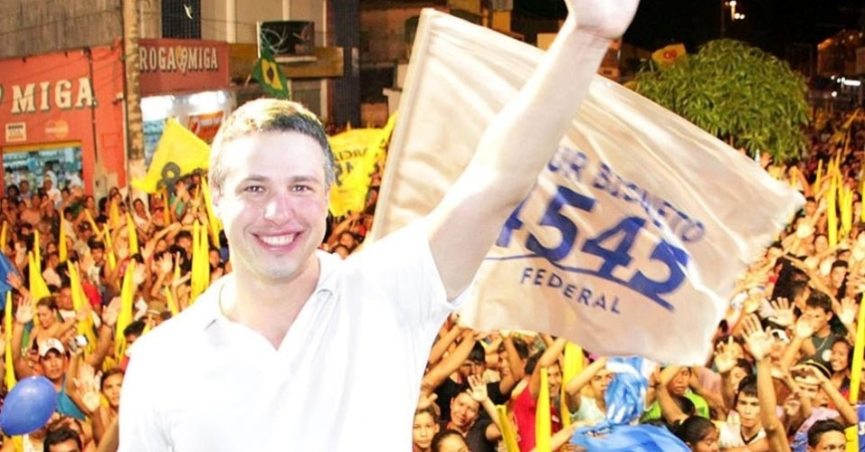 05.out.2014 - Filho do ex-senador Arthur Virgílio, que atualmente é prefeito de Manaus, Artur Bisneto (PSDB), 35, foi o candidato mais votado no Amazonas, com 250.916 votos. O resultado também rendeu ao tucano o título de maior votação proporcional entre os eleitos para a Câmara Federal, com 15,13% dos votos válidos. Arthur Bisneto é deputado estadual desde 2002 e preside o PSDB no Amazonas