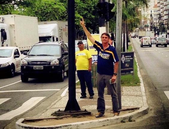 18.set.2014 - O polêmico deputado federal Jair Bolsonaro (PP), 59, foi reeleito em 5 de outubro com 464.572 votos (6,10%) e acabou como o candidato mais votado para o cargo no Rio de Janeiro. Entusiasta do regime militar e opositor no Congresso das iniciativas favoráveis ao movimento LGBT, Bolsonaro foi eleito pela primeira vez em 1990 e vai exercer agora o seu sétimo mandato seguido