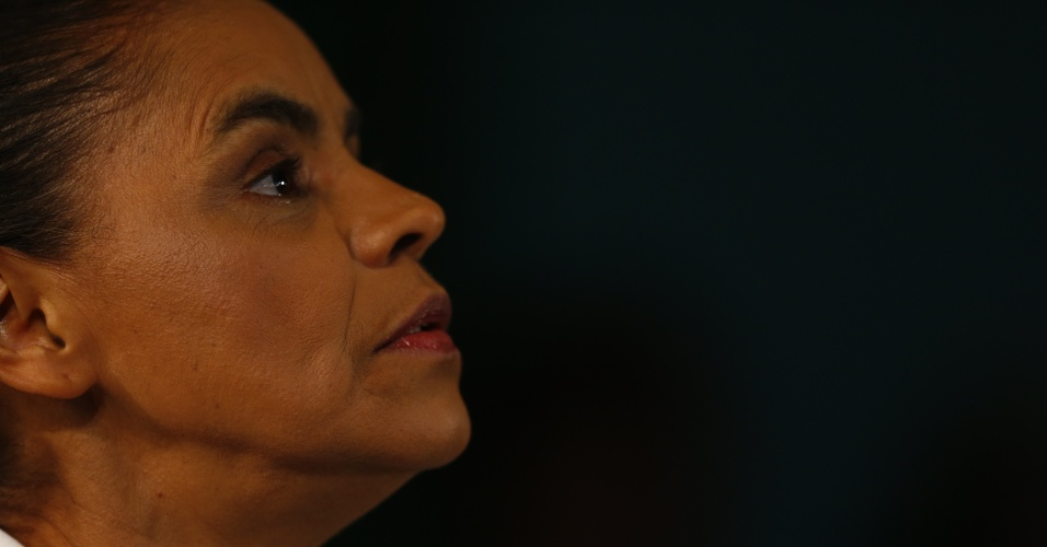 5.out.2014 - Marina Silva (PSB) fala com jornalistas após ficar de fora do segundo turno das eleições, no domingo (5), em São Paulo. Marina repetiu a marca dos 20 milhões de votos e ficou em terceiro lugar na disputa ao Planalto. Vítima de ataques violentos tanto de Dilma Rousseff (PT) quanto de Aécio Neves (PSDB), Marina não declarou se irá apoiar algum dos adversários no segundo turno