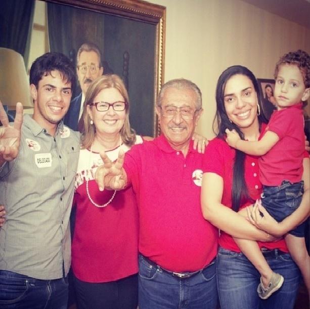 5.out.2014 - Com 643.271 votos (37,12%) Zé Maranhão (PMDB) foi eleito senador pela Paraíba, Ele postou uma foto em suas redes sociais, acompanhado da família, para agradecer aos eleitores