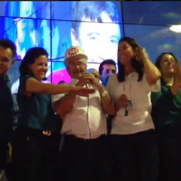 5.out.2014 - Elmano Férrer (PTB) comemorou com a família e aliados a sua eleição ao cargo de senador do Piauí, neste domingo (5). O ex-prefeito de Teresina recebeu 62,29% dos votos válidos, derrotando o ex-governador Wilson Martins (PSB)