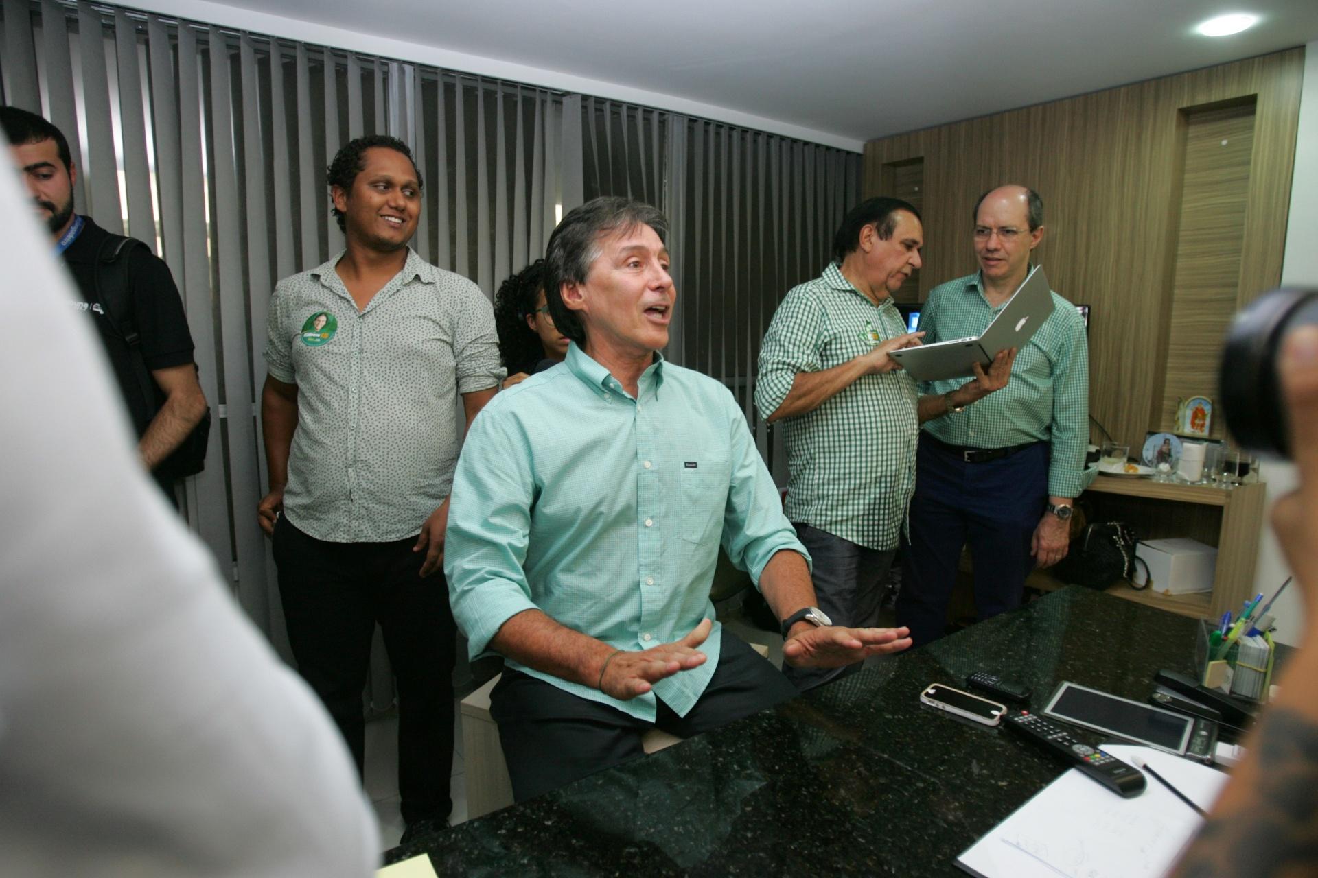 5.out.2014 - Eunício Oliveira, candidato do PMDB ao governo do Ceará, dá entrevista na sede da comitê em Fortaleza, neste domingo (5). Com 46,41% dos votos, ele foi para o segundo turno com o candidato do PT, Camilo Santana, que teve 47,81% dos votos