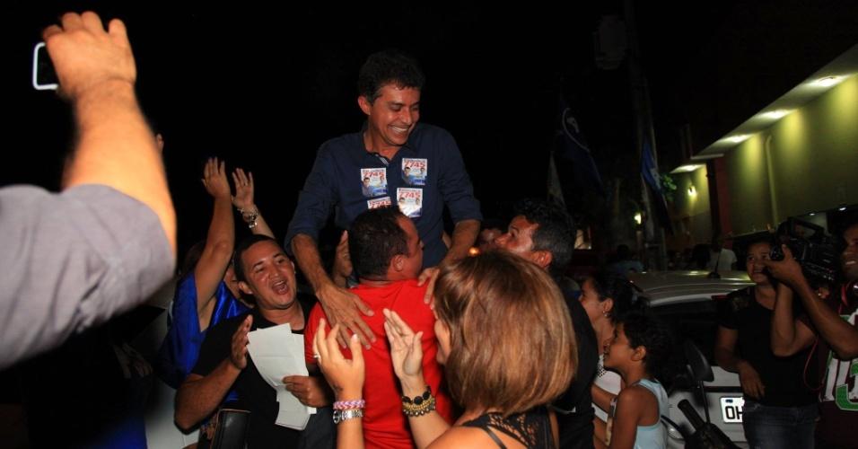 5.out.2014 - Expedito Júnior (PSDB) comemora o resultado do primeiro turno das eleições em Rondônia, neste domingo (5). O candidato ao governo obteve 35,42% dos votos válidos e disputará o segundo turno com Confúcio Moura (PMDB), que registrou 35,86% dos votos
