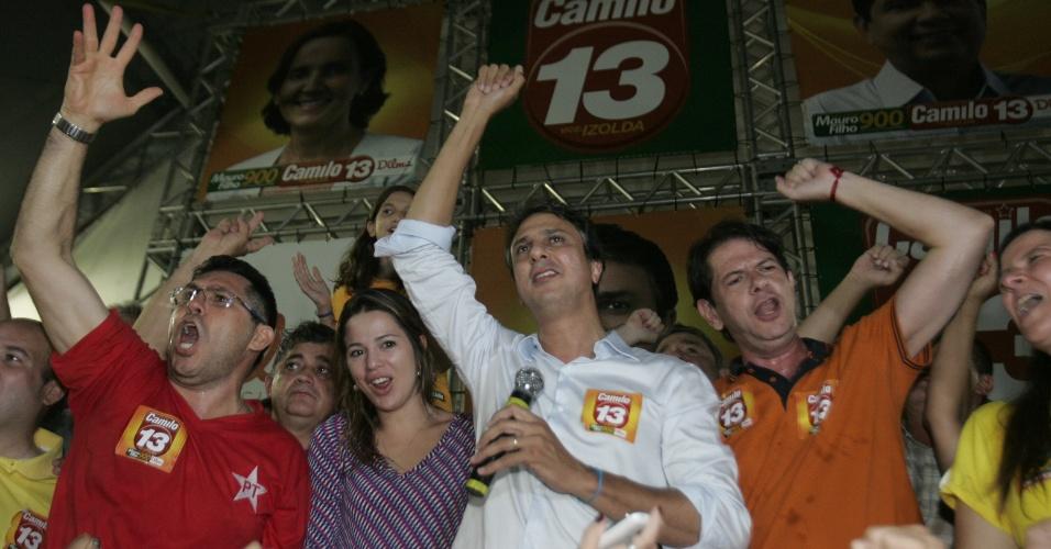 5.out.2014 - O candidato ao governo do Ceará pelo PT, Camilo Santana, discursa ao lado de Cid Gomes, atual governador do Estado, no comitê da coligação, em Fortaleza, neste domingo (5). Ele recebeu 47,81% dos votos no primeiro turno das eleições, enquanto seu principal concorrente, Eunício Oliveira (PMDB), teve 46,41%. Os dois disputarão o segundo turno no dia 26 de outubro