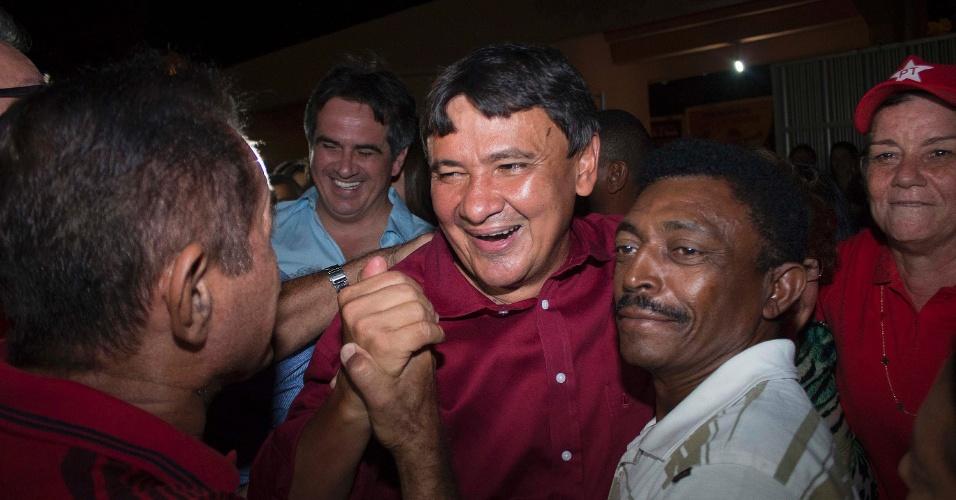5.out.2014 - O candidato eleito governador do Piauí, Wellington Dias (PT), comemora vitória no primeiro turno junto com eleitores, na noite deste domingo, após dar entrevistas. Ele venceu o pleito com 63,08% dos votos, contra 33,25% do seu principal concorrente, Zé Filho