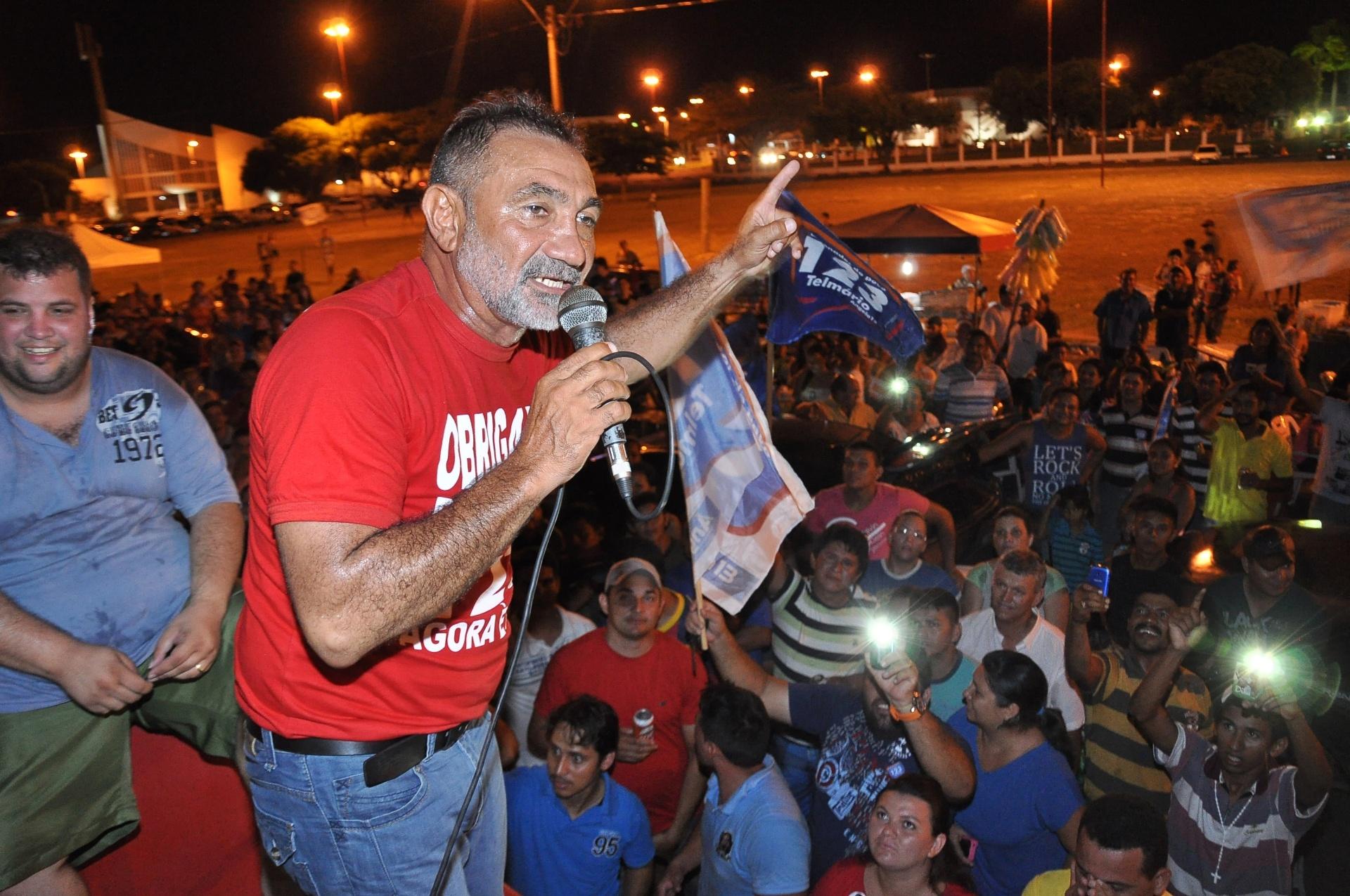 5.out.2014 - O candidato Telmário Mota (PDT), ex-vereador de Boa Vista, comemora sua eleição ao Senado por Roraima. Mota tinha o apoio da candidata ao governo do Estado Ana Portela (PT). O pedetista obteve 41,24% dos votos válidos, contra 21,33% de Luciano Castro (PR) e 20,56% de José de Anchieta Júnior (PSDB)