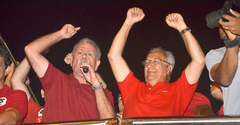 5.out.2014 - O governador de Sergipe Jackson Barreto (PMDB), 70, para mais um mandato após superar seu maior rival na corrida eleitoral, o candidato e senador Eduardo Amorim (PSC).Barreto obteve 53,5% dos votos válidos contra 41,4% de Amorim. Ao saber do resultado, Jackson Barreto (dir.) comemorou com correligionários na noite de domingo (5)