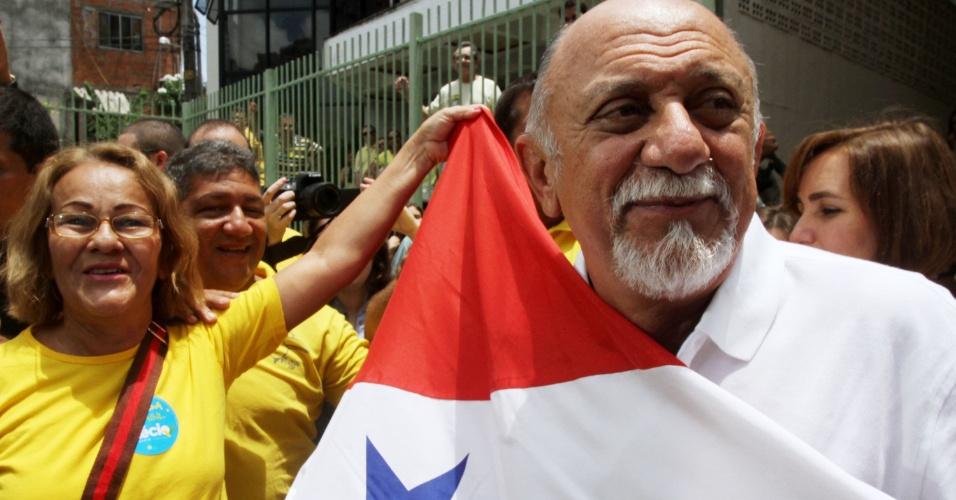 5.out.2014 - O governador e candidato à reeleição pelo PSDB, Simão Jatene, é saudado por correligionários neste domingo (5), em Belém (PA). Jatene terminou com 48,5% dos votos válidos, contra 49,9% de Helder Barbalho (PMDB), que quase foi eleito no primeiro turno