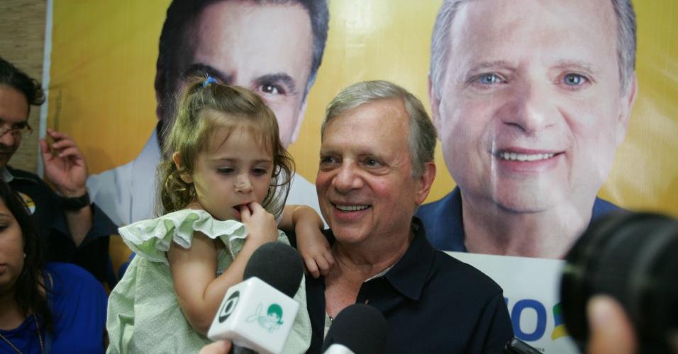 5.out.2014 - O senador eleito pelo Ceará, Tasso Jereissati (PSDB), conversa com jornalistas após o resultado do primeiro turno das eleições. Ele venceu com 57,91% dos votos válidos
