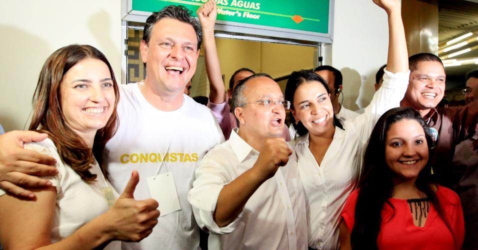 5.out.2014 - Pedro Taques (PDT) venceu as eleições para governador no Mato Grosso no primeiro turno, com 57,25% dos votos. Na foto, ele comemora ao lado da mulher e das filhas, além do seu candidato a vice Carlos Fávaro (PP)