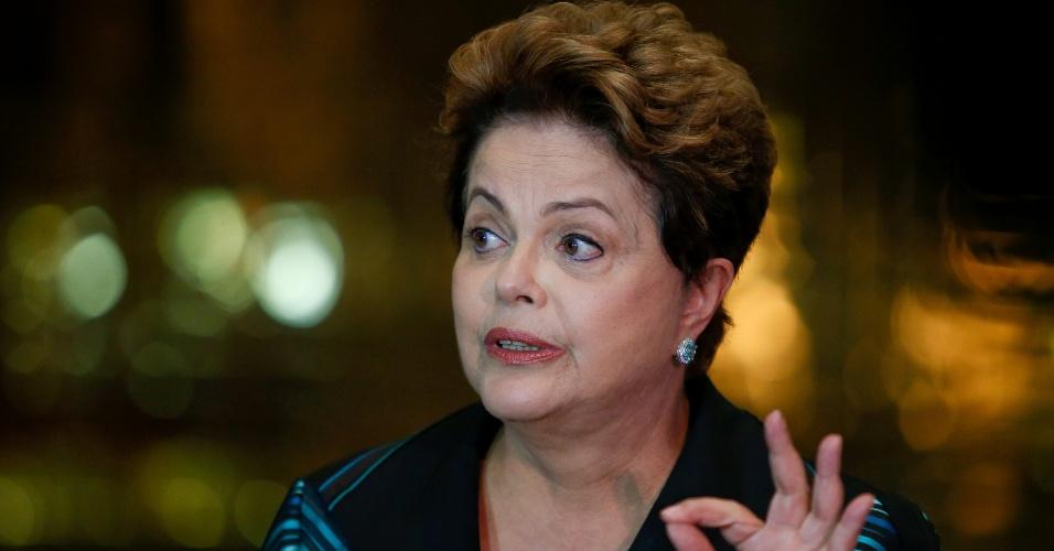 6.out.2014 - Candidata à reeleição, Dilma Rousseff (PT) discursa nesta segunda-feira (6) no Palácio da Alvorada, em Brasília. Além de anunciar que começará a campanha do segundo turno pelo Nordeste, a presidente voltou a criticar seu adversário, Aécio Neves (PSDB), após o tucano rebater a afirmação dela feita neste domingo (5) de que o país teria medo dos