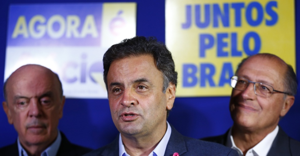 6.out.2014 - Candidato pelo PSDB à Presidência da República, Aécio Neves discursa em coletiva de imprensa nesta segunda-feira (6), junto do governador reeleito de São Paulo, Geraldo Alckmin, e do senador eleito, José Serra, no comitê central de campanha tucano, na capital paulista. Aécio respondeu a um discurso de Dilma Rousseff (PT) neste domingo (5), no qual a presidente, ao se referir ao PSDB, havia dito que o país não queira a volta dos