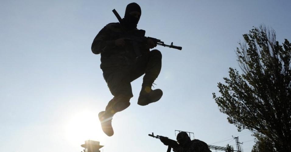 6.out.2014 - Militares do batalhão pró-Ucrânia em St. Maria participam de exercícios militares perto da cidade ucraniana de Mariupo nesta segunda-feira (6). Enquanto pelo menos 80 soldados e civis ucranianos morreram nos combates no último mês de