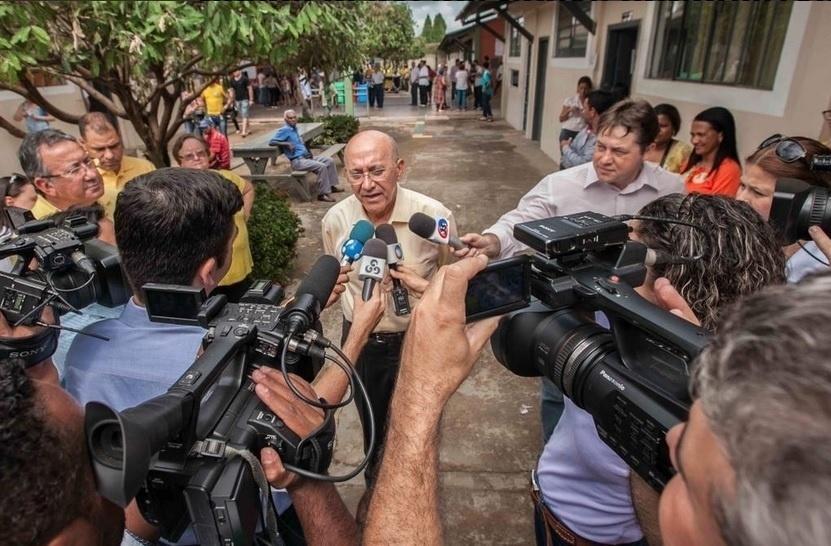 6.out.2014 - O candidato ao governo de Rondônia pelo PMDB, Confúcio Moura, concedeu entrevista coletiva na manhã desta segunda-feira para comentar as suas expectativas para o segundo turno da eleição. Confúcio obteve 35,86% dos votos válidos e vai disputar o cargo com o candidato do PSDB, Expedito Júnior
