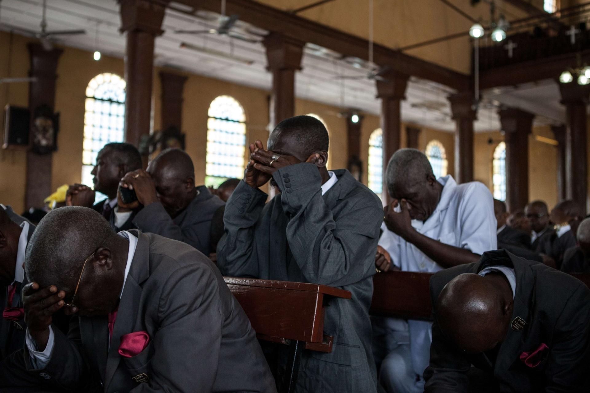 6.out.2014 - Pessoas rezam pelas vítimas do ebola em uma igreja de Freetown,na  capital de Serra Leoa, nesta segunda-feira (6). Segundo dados da OMS (Organização Mundial de Saúde), a epidemia do vírus já infectou mais de 6.200 vítimas no oeste africano, matando quase metade delas