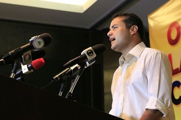 6.out.2014 - Renan Filho (PMDB) falou pela primeira vez, na manhã desta segunda-feira (6) após ser eleito governador de Alagoas com 52,16% dos votos válidos. Filho do presidente do Senado, Renan Calheiros (PMDB) ele derrotou o candidato Benedito de Lira (PP) que obteve 33,91% dos votos