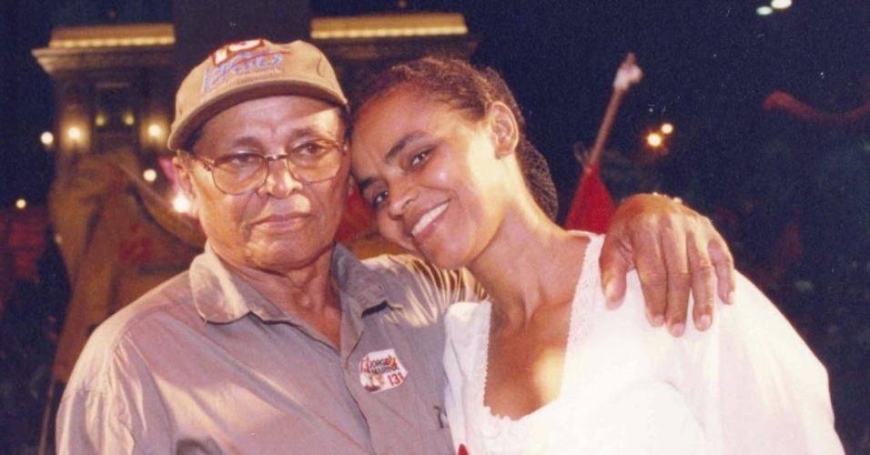 A então senadora Marina Silva (PT) abraça o pai, Pedro Augusto da Silva, durante campanha para reeleição em Rio Branco, em 2002. Marina foi reeleita, mas, em 2003, deixou o Congresso para ser ministra do Meio Ambiente do primeiro governo de Luiz Inácio Lula da Silva, de quem foi cabo eleitoral
