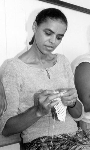 A senadora Marina Silva faz crochê junto com beneficiários da Adjunto da Solidariedade, programa que ajuda famílias carentes com oferecendo cursos profissionalizante em 1999, em Rio Branco