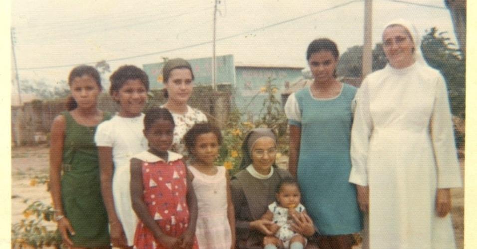 Maria Osmarina Marina Silva Vaz de Lima nasceu em 8 de fevereiro de 1958, no seringal Bagaço, a 70 km de Rio Branco. Ainda criança, foi contaminada por leishmaniose, cujo tratamento resultou em uma intoxicação por mercúrio. Entre outras doenças, ela também contraiu malária e hepatite. Na foto, Marina então com 17 anos em 1975, posa para foto com freiras e estudantes do convento Servas de Maria, onde morou enquanto era estudante durante sua juventude em Rio Branco