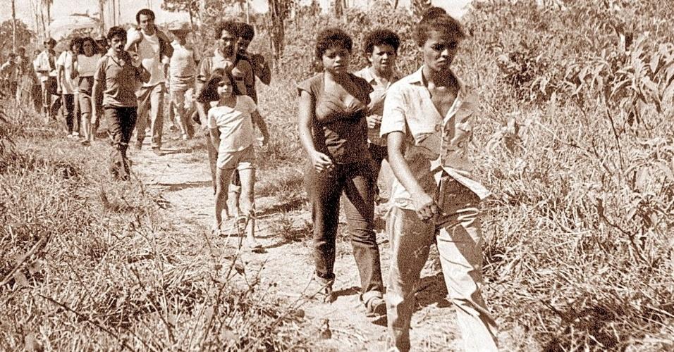 Alfabetizada aos 16 anos, Marina Silva passou a juventude em Rio Branco. Após os supletivos de 1º e 2º graus, cursou história na Universidade Federal do Acre. Filiou-se ao PT em 1986 e, em 1988, é eleita vereadora em Rio Branco. Na foto, Marina lidera um grupo de homens, mulheres e crianças em uma manifestação de seringueiros contra o desmatamento em Rio Branco, em 1986