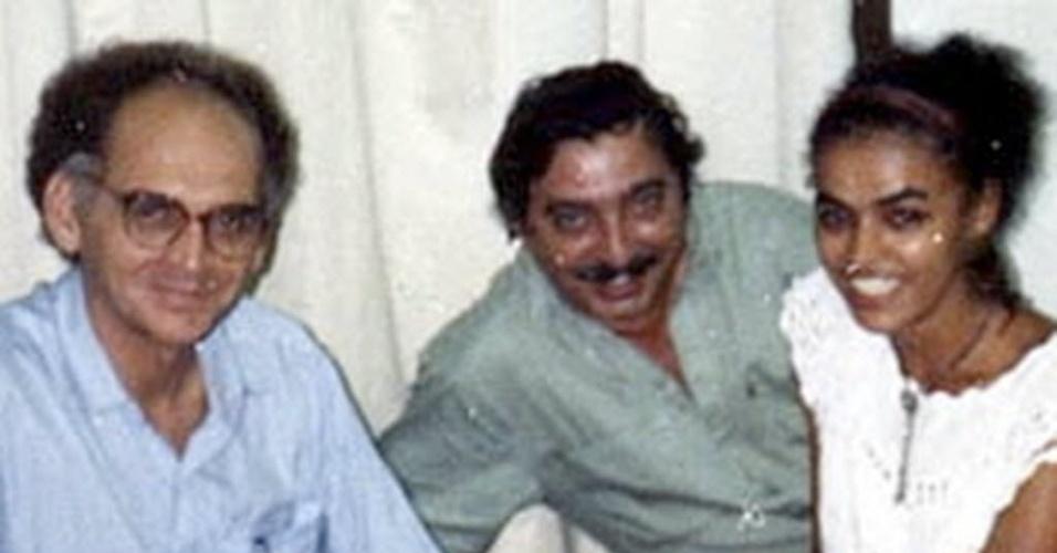 Marina Silva sorri ao lado de Chico Mendes, no centro, e do historiador Francisco Gregorio Filho, em Rio Branco, em 1986
