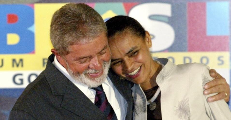 O presidente Luiz Inácio Lula da Silva abraça a ministra do Meio Ambiente, Marina Silva, durante cerimônia no Palácio do Planalto, em março de 2006. Desgastada por suas posições firmes que entravam em conflito com outros ministérios, Marina renunciou ao cargo em maio de 2008, e voltou ao Senado