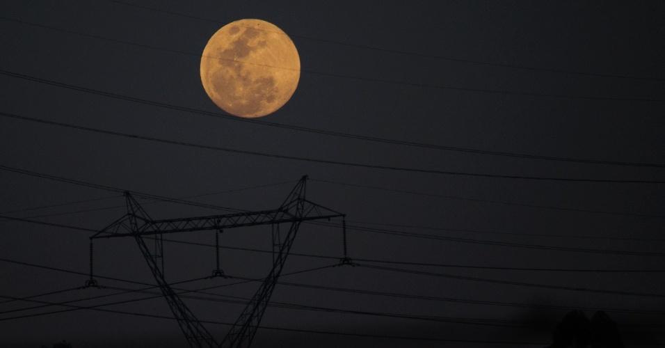 7.out.2014 - A lua é fotografada da zona leste da cidade de São Paulo, nesta terça-feira (7). Um eclipse total deixará o astro avermelhado durante a madrugada. O fenômeno, no entanto, apenas poderá ser visto no início da manhã, de maneira menos intensa, na cidade. Apenas estados do norte e do centro-oeste poderão observar o eclipse com maior nitidez