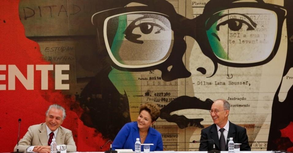 7.out.2014 - A presidente Dilma Roussef, candidata à reeleição pelo PT, ao lado do vice-presidente Michel Temer (PMDB) e do presidente do PT Rui Falcão, participa de evento com governadores do PT e partidos aliados que foram eleitos e que estão no segundo turno, além de deputados, senadores e lideranças partidárias, no Centro de Eventos Brasil, em Brasília
