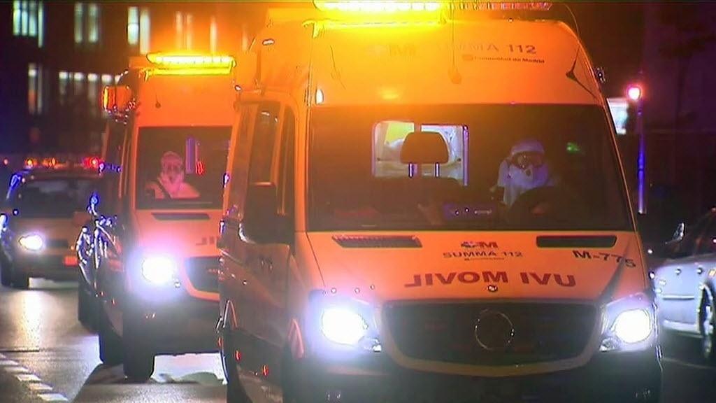 7.out.2014 - Ambulância transportou uma enfermeira espanhola que contraiu ebola até Alcorcón para ser internada em Madri, nesta terça-feira (7). Ela é a primeira pessoa a contrair o vírus fora da África.