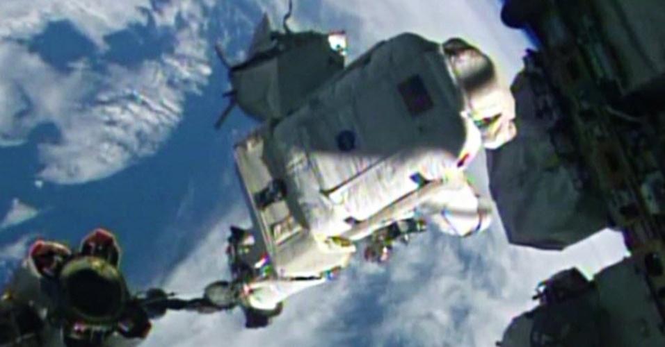 7.out.2014 - Imagem retirada de vídeo publicado pela Nasa mostra o astronauta Alexander Gerst da ESA (Agência Espacial Europeia) monta o Canadarm2 durante trabalho do lado de fora da ISS (Estação Espacial Internacional, sigla e inglês). Ele e Reid Wiseman, astronauta da Nasa,  trabalharão do lado de fora da ISS (Estação Espacial Internacional, sigla em inglês) por cerca de seis horas e meia, a partir de hoje