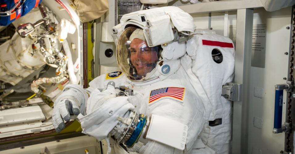 7.out.2014 - O astronauta da Nasa Reid Wiseman checa o seu traje espacial durante preparação para primeira caminhada espacial da Missão 41, em imagem postada pelo astronauta da ESA (Agência Espacial Europeia) Alexander Gerst. Wiseman e Gerst trabalharão do lado de fora da ISS (Estação Espacial Internacional, sigla em inglês) por cerca de seis horas e meia, a partir de hoje