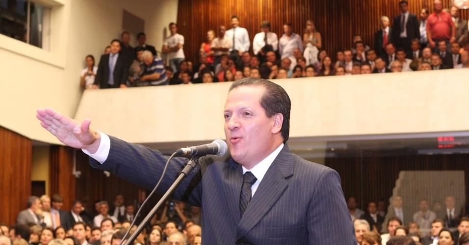 7.out.2014 - O radialista e apresentador de TV Gilberto Ribeiro (PSB) foi reeleito para o cargo de deputado estadual no Paraná. Neste ano, ele obteve 76.110 votos (1,3% do total de votos válidos), sendo o quinto mais votado entre os que concorreram a vagas na Alep. Há quatro anos, quando foi eleito para o seu primeiro mandato no Legislativo, o político teve um desempenho bem mais expressivo: 103.740 votos