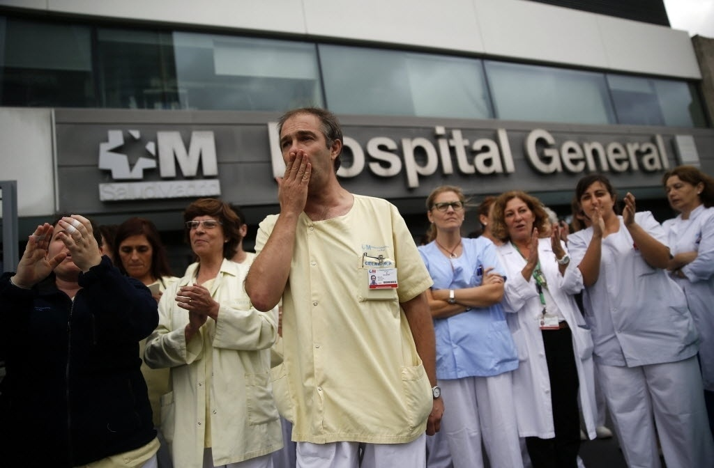 7.out.2014 - Profissionais de saúde protestam em frente ao Hospital La Paz Carlos 3º, em Madri, pela renúncia da ministra da Saúde da Espanha, Ana Mato, depois que uma enfermeira do hospital contraiu ebola ao cuidar de infectados na capital espanhola