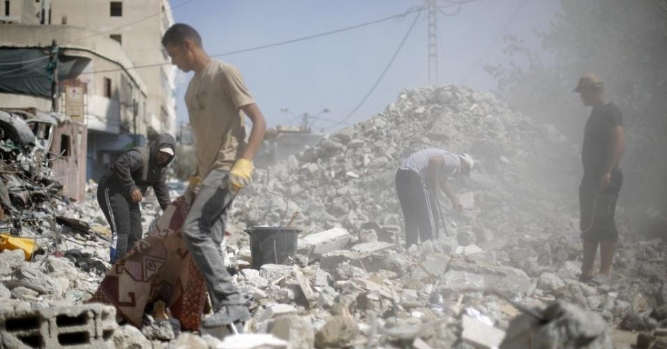 7.out.2014 - Trabalhadores palestinos recolhem os escombros das casas e edifícios que foram destruídos na cidade de Gaza, durante a guerra de 50 dias entre Israel e o Hamas, que ocorreu entre junho e agosto. Uma conferência internacional de doadores presidida pelo Egito e pela Noruega se acontecerá no Cairo no próximo dia 12 de outubro para angariar fundos para a reconstrução da faixa de Gaza