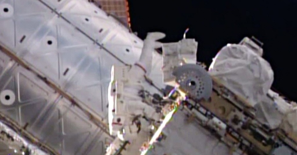 7.OUT.2014 - TRABALHANDO FORA DA ISS - Imagem retirada de vídeo publicado pela Nasa mostra o astronauta Reid Wiseman trabalhando do lado de fora da ISS (Estação Espacial Internacional, sigla e inglês). Ele e Alexander Gerst, astronauta da ESA (Agência Espacial Europeia) trabalharão do lado de fora da ISS (Estação Espacial Internacional, sigla em inglês) por cerca de seis horas e meia, a partir de hoje