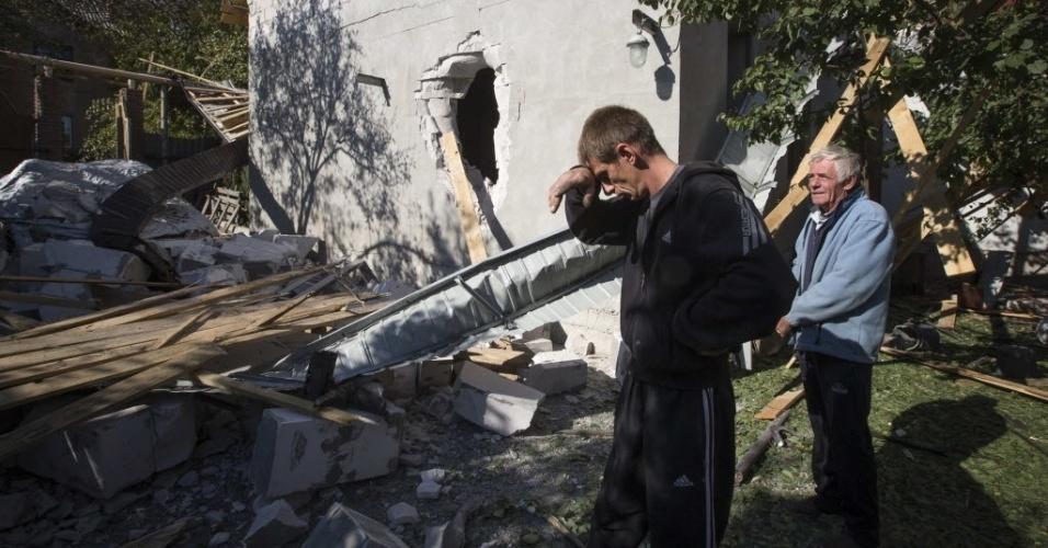 7.out.2014 - Um homem olha os estragos em sua casa causados pelos bombardeios na cidade de Donetsk, Ucrânia, nesta terça-feira (7). As tropas ucranianas e as milícias separatistas pró-russas continuam os combates nas proximidades do aeroporto internacional da cidade de Donetsk, principal reduto dos separatistas no leste da Ucrânia, informaram nesta terça-feira o comando dos rebeldes e as autoridades de Kiev. Segundo a Prefeitura da cidade, nas últimas 24 horas, quatro civis morreram como consequência dos bombardeios