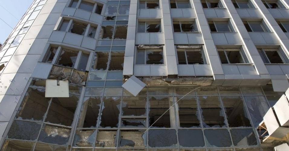 7.out.2014 - Um prédio ficou destruído após bombardeio na cidade de Donetsk, Ucrânia, nesta terça-feira (7). As tropas ucranianas e as milícias separatistas pró-russas continuam os combates nas proximidades do aeroporto internacional da cidade de Donetsk, principal reduto dos separatistas no leste da Ucrânia, informaram nesta terça-feira o comando dos rebeldes e as autoridades de Kiev. Segundo a Prefeitura da cidade, nas últimas 24 horas, quatro civis morreram como consequência dos bombardeios