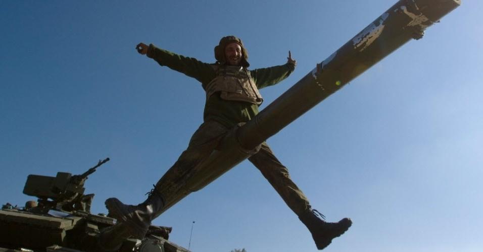 7.out.2014 - Um soldado ucraniano sobe em tanque na base próxima a cidade de Debaltseve, na região de Donetsk, na segunda-feira  (6). Militares do batalhão pró-Ucrânia em St. Maria participaram de circuito de exercícios. Pelo menos 80 soldados e civis ucranianos morreram nos combates no último mês de