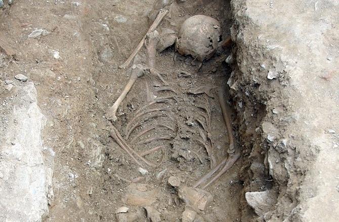 7.out.2014 - Uma escavação arqueológica no norte da Itália desenterrou os restos de uma garota de 13 anos de idade enterrada com o rosto virado para baixo. Os arqueólogos dizem que, apesar da sua tenra idade, ela foi rejeitada pela sua comunidade e vista como um perigo, mesmo depois de morta. Apelidado pela imprensa italiana como