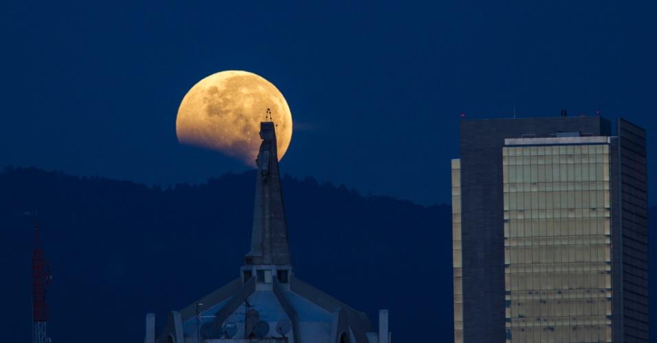 8.out.2014 - A lua aparece sobre o céu da Cidade do México nesta quarta-feira (8), durante o eclipse lunar total. Devido à tonalidade avermelhada, o fenômeno é chamado de 'lua de sangue'