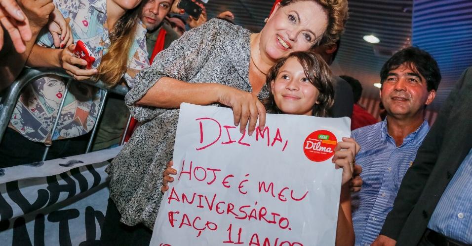 8.out.2014 - A presidente e candidata à reeleição, Dilma Rousseff (PT), faz pose para foto ao lado de uma criança em Teresina, no Piauí, onde participou de plenária com prefeitos e lideranças políticas