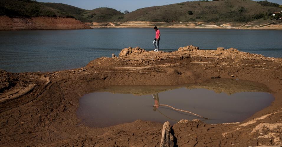 8.out.2014 - A represa de Igaratá, que faz parte do Sistema Jaguari, no interior de São Paulo, está com menos de 20% de sua capacidade. A parte velha da cidade, que foi inundada, já começa a aparecer. Na imagem, o visitante caminha sobre as ruínas de uma igreja que ficava no local