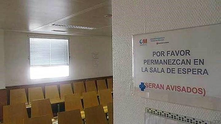 8.out.2014 - A sala de espera da ala de emergências do Hospital Universitário de Alcorcón, no subúrbio de Madri, estava vazia após confirmação de que a enfermeira Teresa Romeo foi infectada com o vírus do ebola