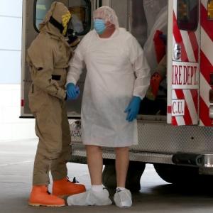Homem é trazido de ambulância ao Hospital Presbiteriano do Texas, em Dallas, ao apresentar sintomas de ebola - Joe Raedle / Getty Images / AFP