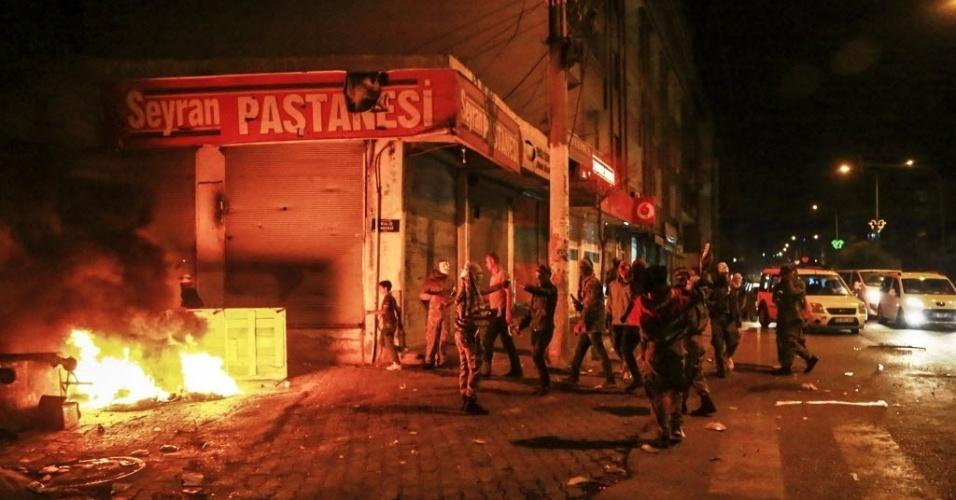 8.out.2014 - Manifestantes curdos são saem pelas ruas da cidade de Diyarbakir, na Turquia, durante um protesto para pedir intervenção mais forte do governo contra os militantes do grupo Estado Islâmico (EI) na Síria e no Iraque, na última terça-feira (7). As manifestações se espalharam pela Turquia e os confrontos mais graves aconteceram em Diyarbakir, principal localidade da região curda no sudeste do páis, onde oito manifestantes morreram, segundo o jornal local Hurriyet