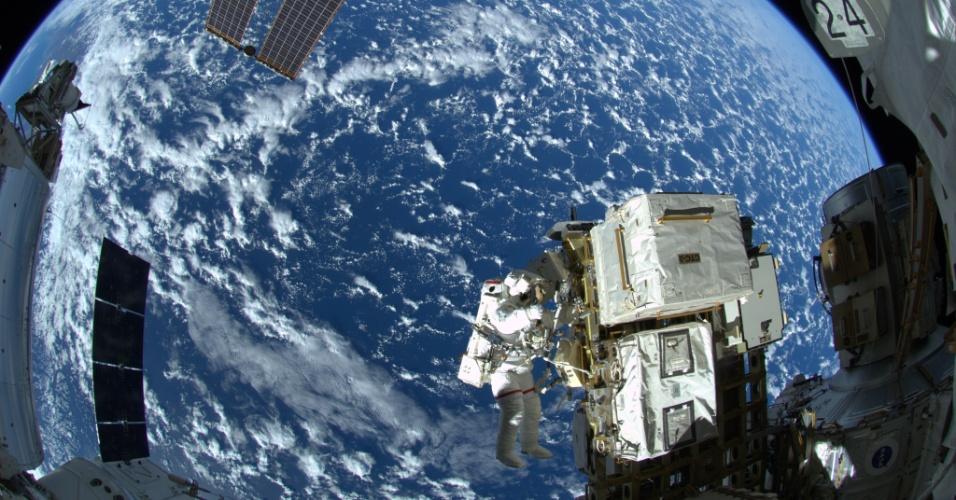8.out.2014 - PRIMEIRA CAMINHADA ESPACIAL CONCLUÍDA - Imagem mostra o astronauta da Nasa (agência espacial americana) caminhando do lado de fora da ISS (Estação Espacial Internacional). Ele e Alexander Gerst, astronauta da ESA (Agência Espacial Europeia), concluíram a primeira de três caminhadas espaciais programadas para tripulação da Expedição 41. Os astronautas trabalharam fora da ISS durante 6 horas e 13 minutos