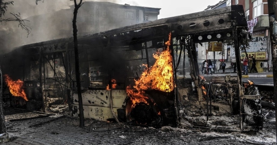 8.out.2014 - Um ônibus foi queimado por manifestantes curdos no distrito de Gaziosmanpasa, em Istambul, na Turquia, nesta terça-feira (7), durante um protesto para pedir intervenção mais forte do governo contra os militantes do grupo Estado Islâmico (EI) na Síria e no Iraque. As manifestações aconteceram em várias cidades da Turquia e confrontos entre as forças de segurança e manifestantes curdos terminaram com 14 mortos, segundo um balanço das autoridades